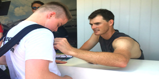 Jamie Murray signing Scott's t-shirt